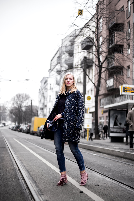 Eva-Jasmin-Blogger-Berlin-Fashion-Week-outfit-leo-lace-velvet-samt-7