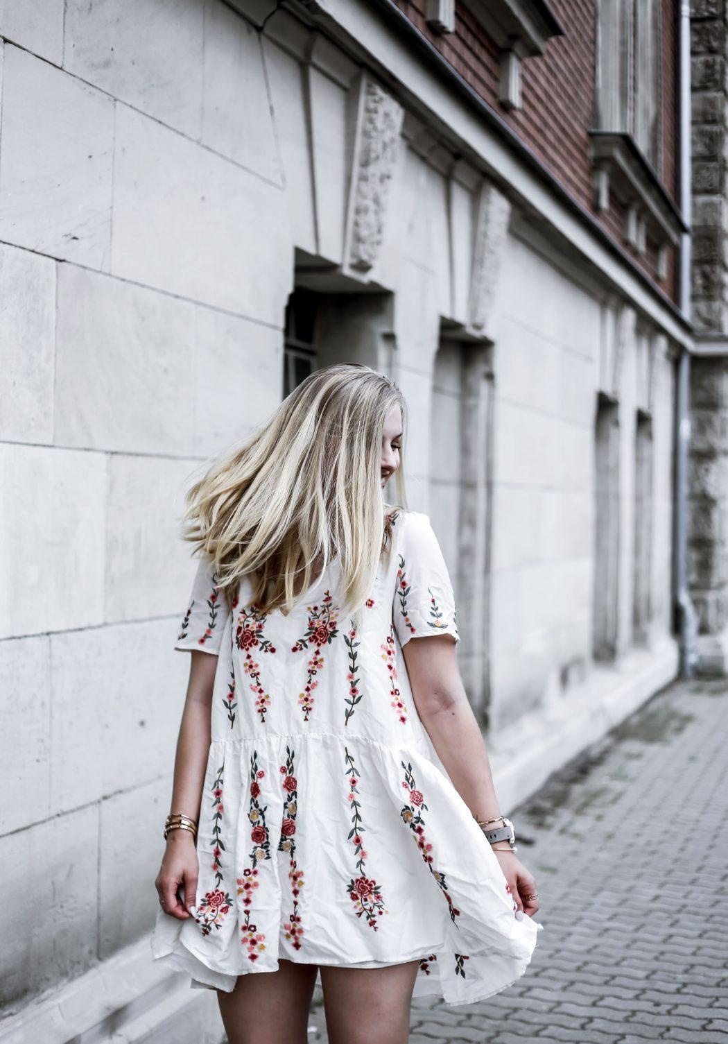fashion blogger ootd street style blumen Kleid chloe drew