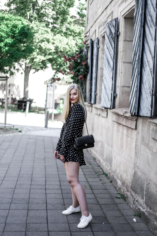 http://eva-jasmin.de/wp-content/uploads/2018/06/Eva-Jasmin-Blogger-Erlangen-Ootd-Streetstyle-Dots-Jumpsuit-10.jpg