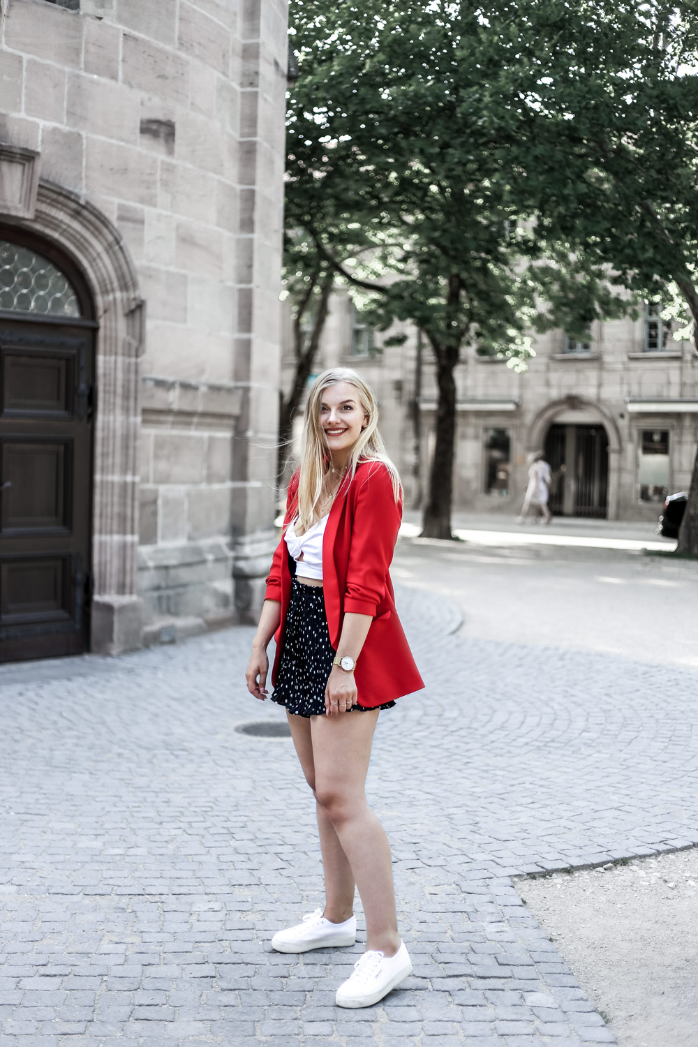 Eva Jasmin red blazer ootd shorts trend summer fashion chanel icon